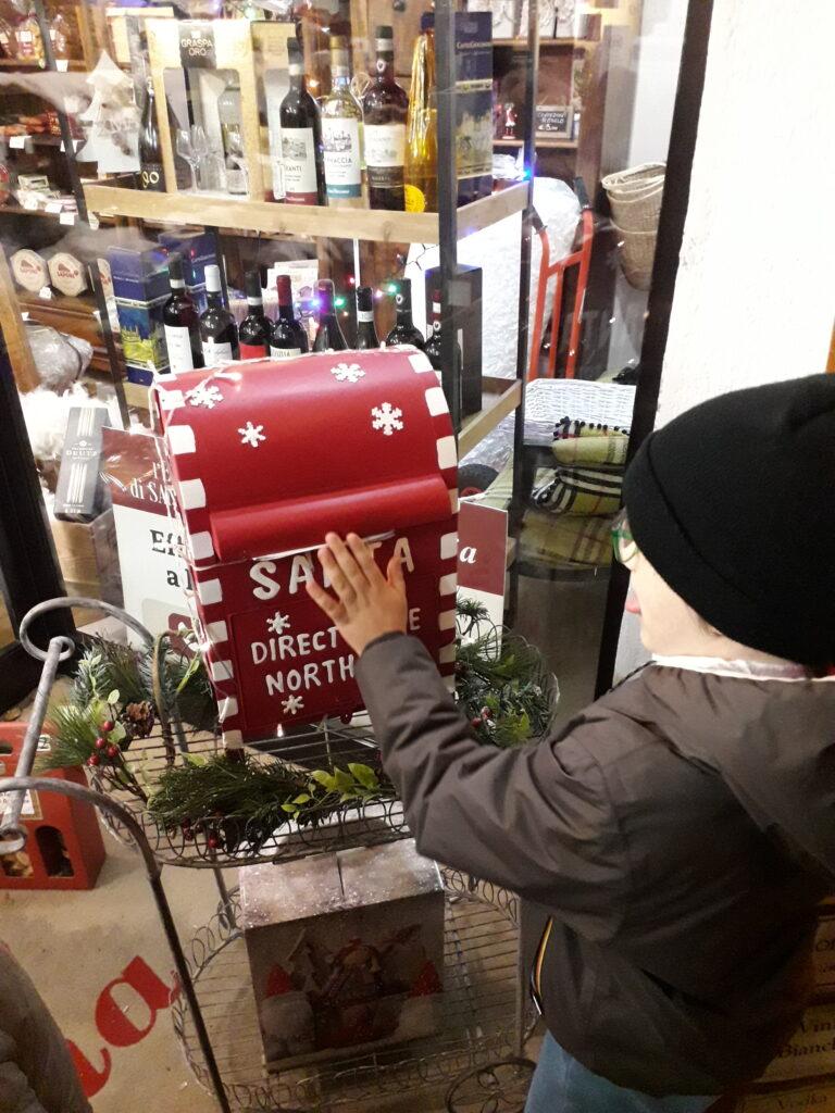 un bimbo senese inserisce la sua kettera nella busa di Babbo Natale